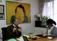4.成瀬国晴氏 絵の前でインタビュー.JPG