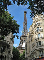 800px-Eiffel_tower_from_the_neighborhood.jpg